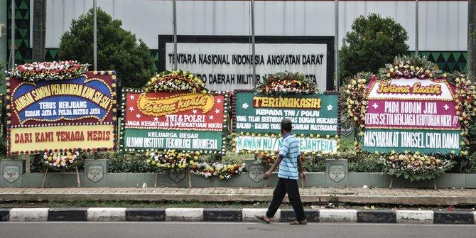 Karangan Bunga Memenuhi Markas Pangdam Jaya Setelah TNI Mencopot Baliho Rizieq